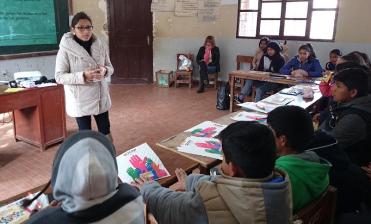 Capacitación a estudiantes de Sella Méndez cargo de la técnico de comunicación del SIFDE, Mabel Chiri.