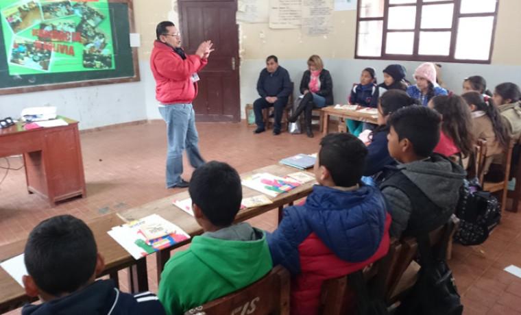 Capacitación a estudiantes de Sella Méndez cargo del técnico de educación del SIFDE, Augusto Nakasone.