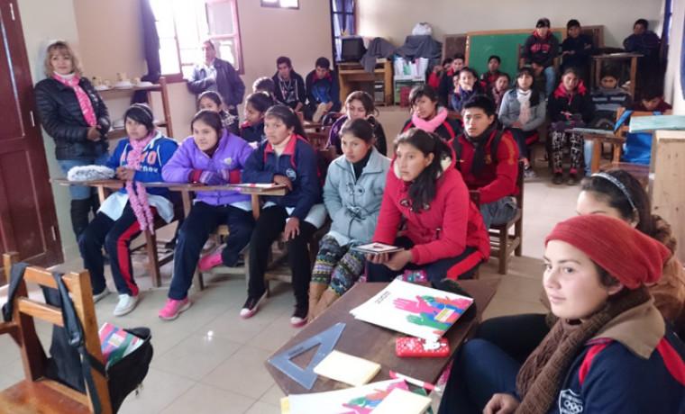 Estudiantes de la unidad educativa Carachimayo atentos durante la proyección de videos.