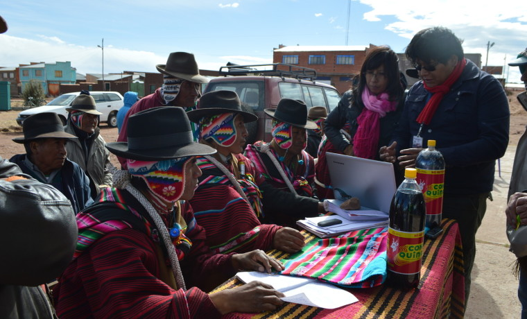 1. Autoridades originarias de Ayllu San Felipe de Corpa revisan el plan de explotación.
