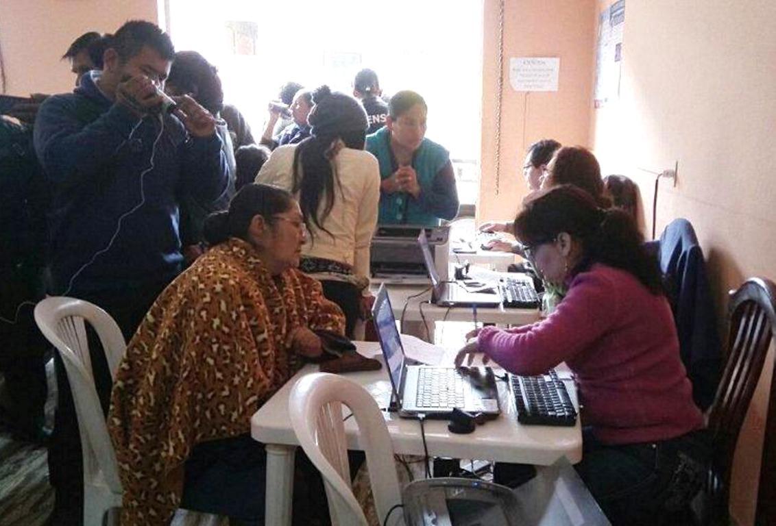 1. Ciudadanía de Bermejo acude a la campaña de certificación.