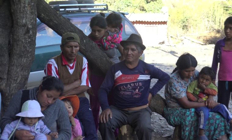 1. Comunarios de Huayrapata en la deliberación de la consulta.