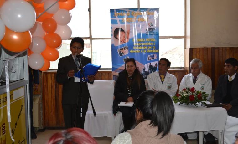 1. El vocal Idelfonso Mamani durante la inauguración de la caseta registral en la Caja Nacional de Salud Hospital Obrero, en Potosí.