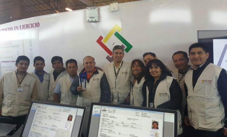 2. Parte del equipo del OEP que trabajó en los dos puntos de atención en la Feria La Paz Expone.