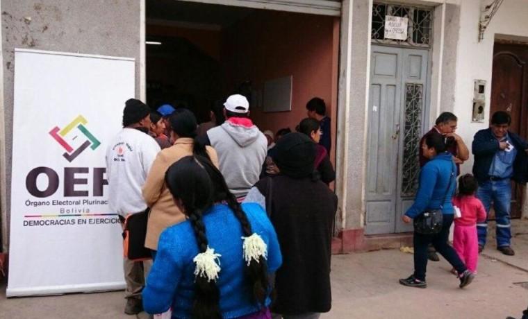 3. Ciudadanía de Bermejo acude a la dirección regional del SERECÍ para beneficiarse de la campaña.