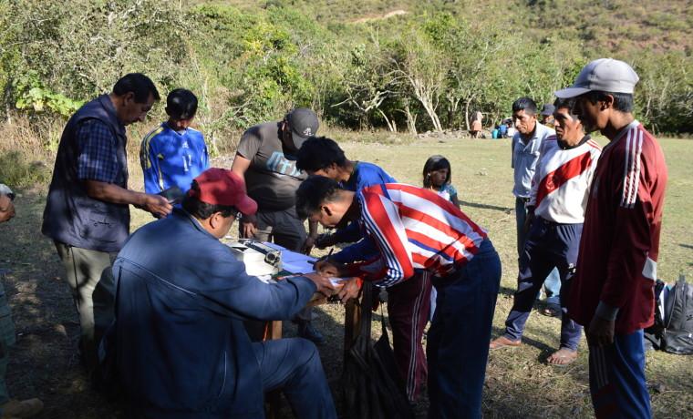 3. Comunarios de Naranjani firman acuerdos para la explotación minera.
