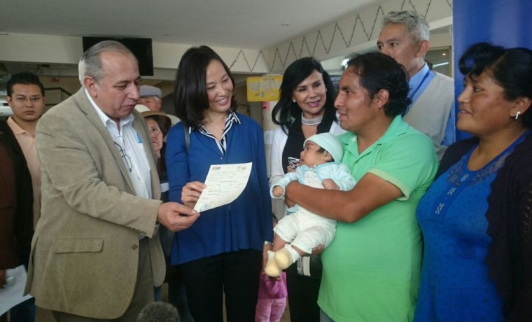 3. El vocal Costas entrega el primer certificado de nacimiento registrado en la caseta, en Quillacollo.