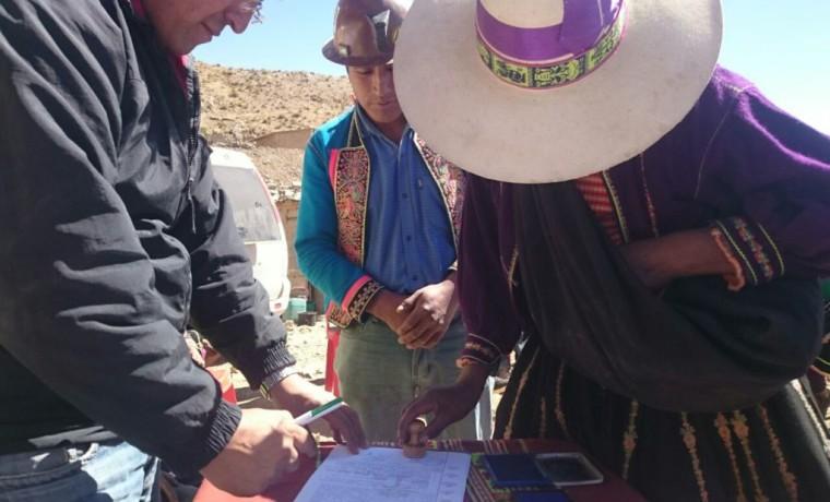 3. Una dirigente de las comunidades aledañas firma el acta de acuerdo.