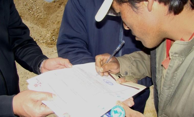 4. El dirigente de la comunidad Villa Lagunita firma de acuerdo en acta de acuerdo.