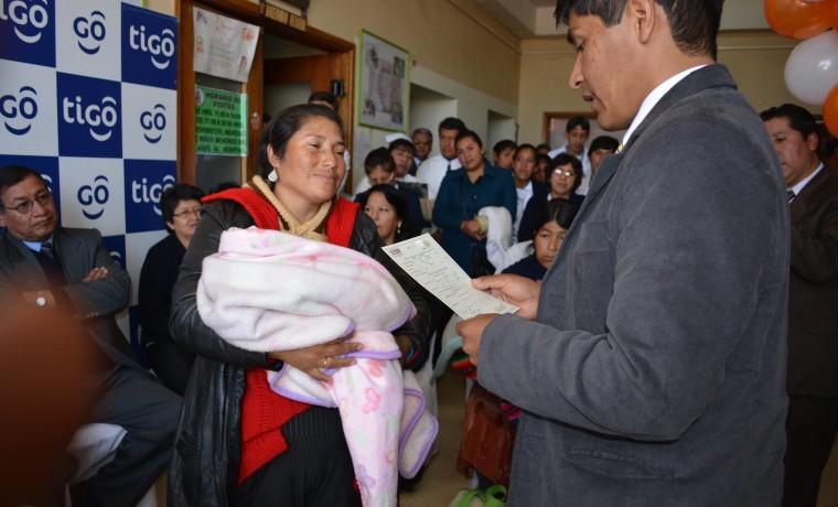 4. El vocal Idelfonso Mamani entrega el certificado de nacimiento durante la inauguración de la caseta registral en la Caja Nacional de Salud Hospital Obrero, en Potosí.