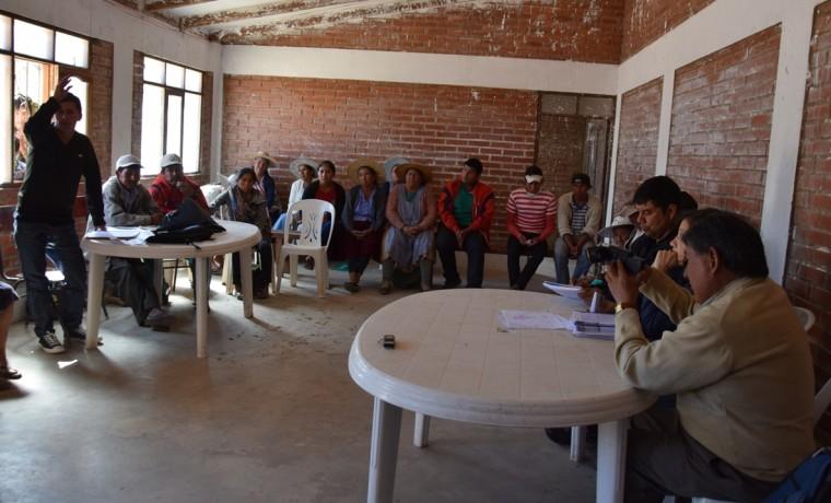 7. El dirigente de la comunidad Pacha Pata consulta sobre el plan de trabajo.