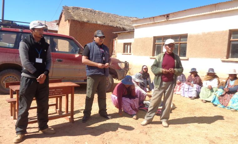 7. Representantes AJAM en la explicación a comunarios de Cayaca.