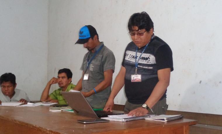 8. Representantes AJAM durante la explicación en la comunidad de Carura.