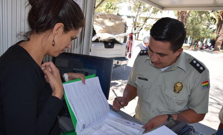9. Un padre de familia registra sus datos después de  inscribir el nacimiento de su hijo en la caseta registral en Cercado, Cochabamba.