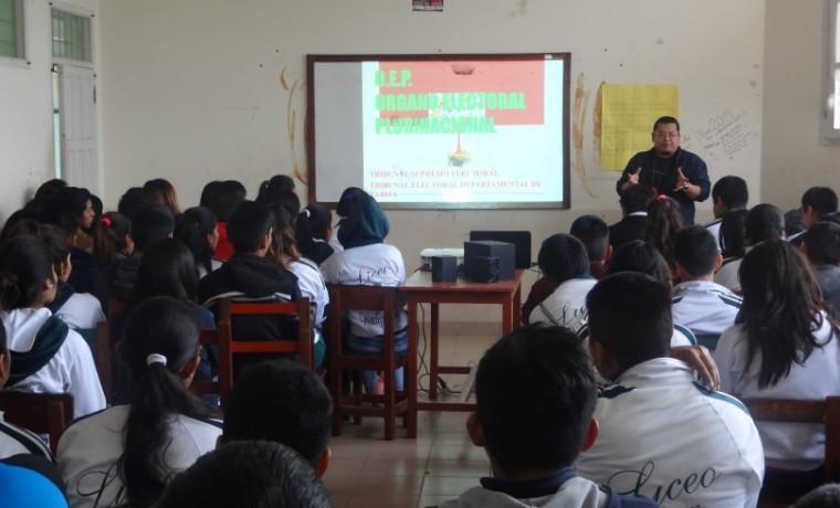 Durante la capacitación a estudiantes de la unidad educativa Liceo Gran Chaco a cargo del técnico del SIFDE Augusto Nakasone.