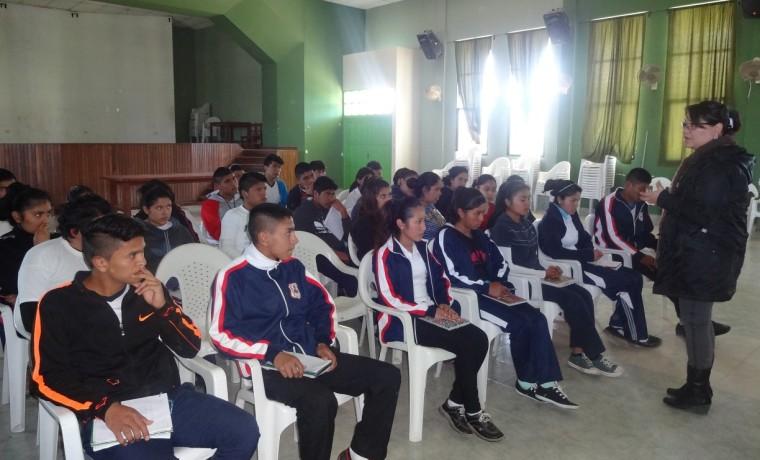 Durante la capacitación a estudiantes de la unidad educativa Mariscal Sucre, por la responsable del SIFDE, Olivia Centellas.
