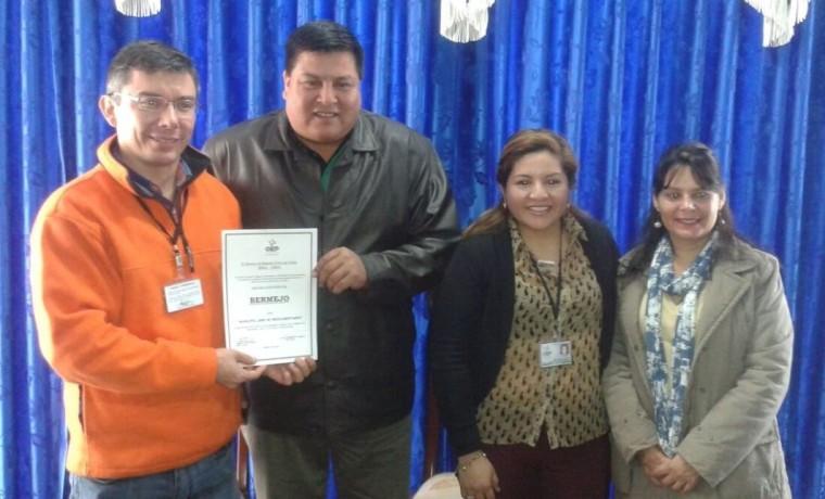 """El director del SERECI Tarija entregó la declaratoria """"Libre de Indocumentados"""" al alcalde de Bermejo, Delfor Burgos.1"""