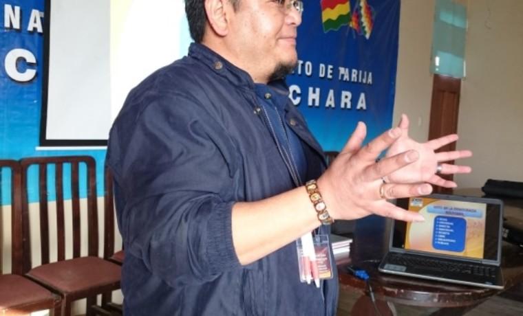 El técnico de educación del SIFDE TED Tarija, Augusto Nakasone, durante la capacitación.