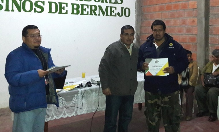 Entrega de certificados de participación a cargo del vocal del TED Tarija, Nolberto Gallardo