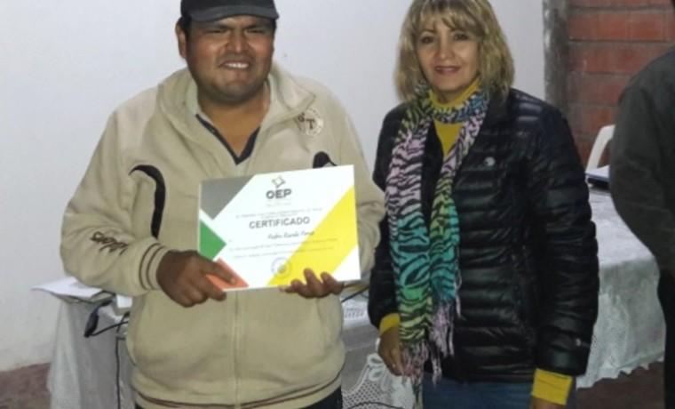 La Vicepresdiente del TED Tarija, Shara Medina, en la entrega de certificados después de la capacitación.