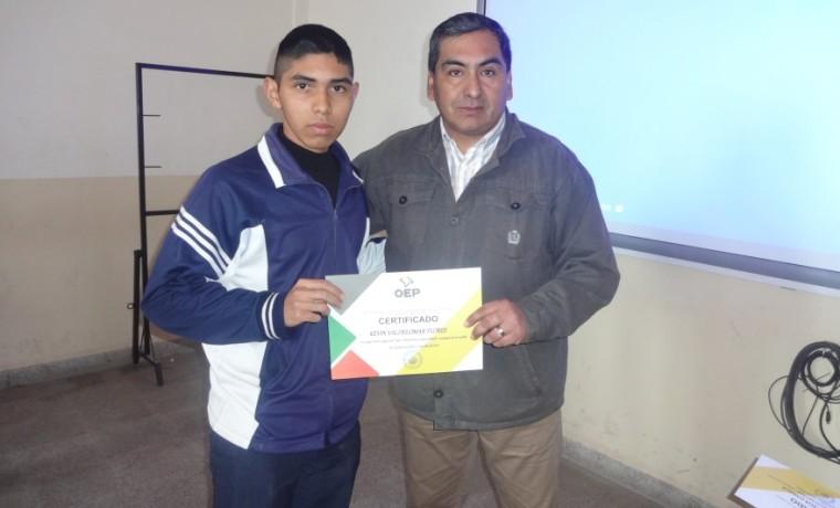 Vocal Nolberto Gallardo realiza la entrega certificados de reconocimiento a estudiantes de la unidad educativa Germán Busch.
