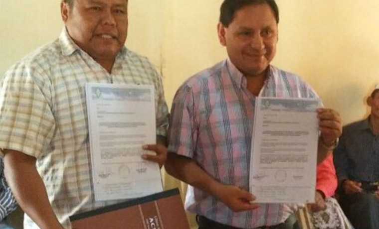 1. El presidente del TED Santa Cruz, Eulogio Núñez, junto al capitán grande del Alto Isoso, Ambrocio Choquidinqui.