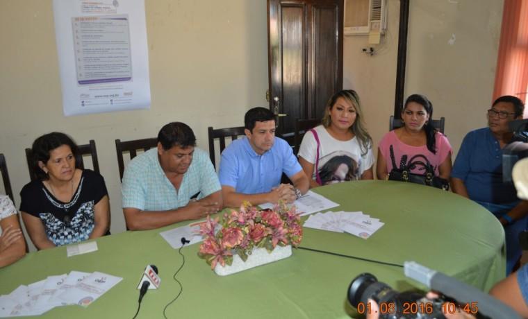 1. Las autoridades del TED Beni, del SERECI y activistas de la población TLGB en conferencia de prensa en el inicio del registro.