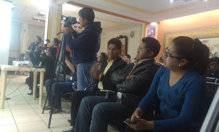 1. Periodistas y ciudadanía del Municipio de Viacha presencian la presentación de la papeleta de sufragio.