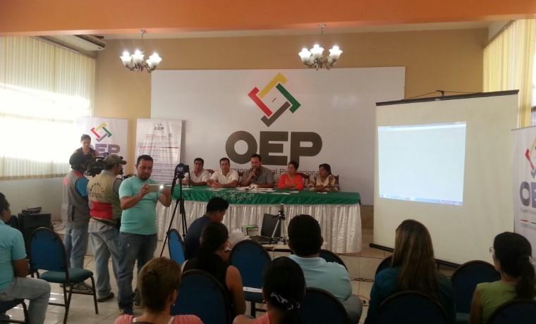 11. Las autoridades del TED Pando, el SERECI y activistas de la población TLGB durante la conferencia de prensa del inicio de registro de cambio de nombre.