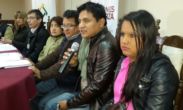 14. Activistas de la población TLGB de Tarija, junto a autoridades del TED y SERECI departamentales, durante la conferencia del inicio de registro.