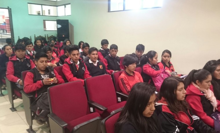 2. Chuquisaca, Sucre. Estudiantes esperan su registro en el padrón electoral.