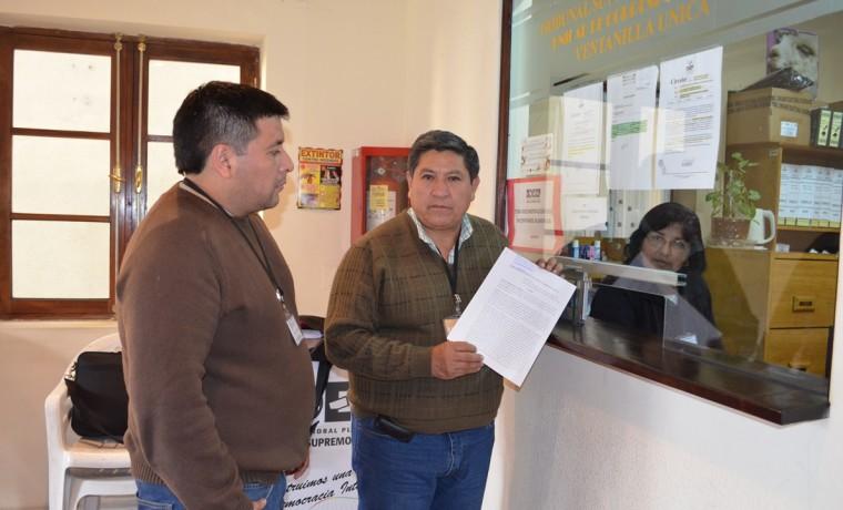 2. El asambleísta del Gran Chaco, Hugo Velarde, entrega los documentos al TSE.