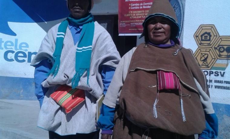 2. Oruro, Uru Chipaya. Dos pobladores esperan para su registro en el padrón.