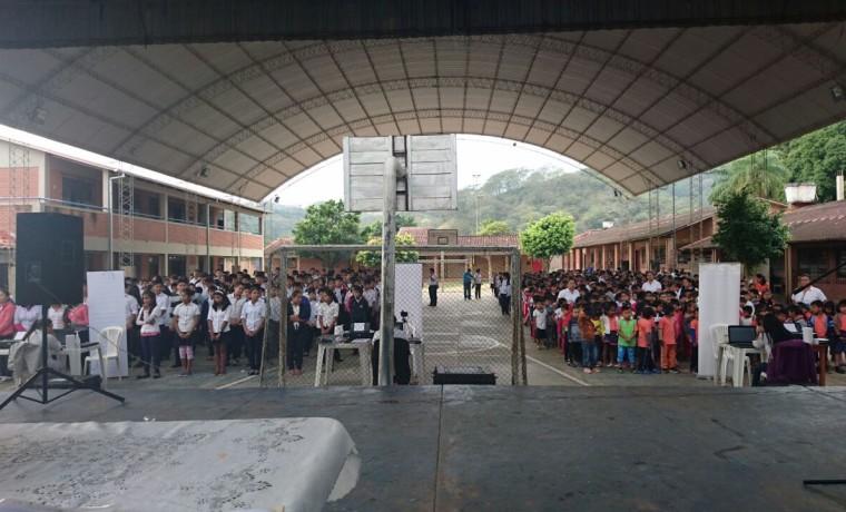 2. Santa Cruz, El Torno. Estudiantes de la unidad educativa Zachary Macy esperan ser registrados.