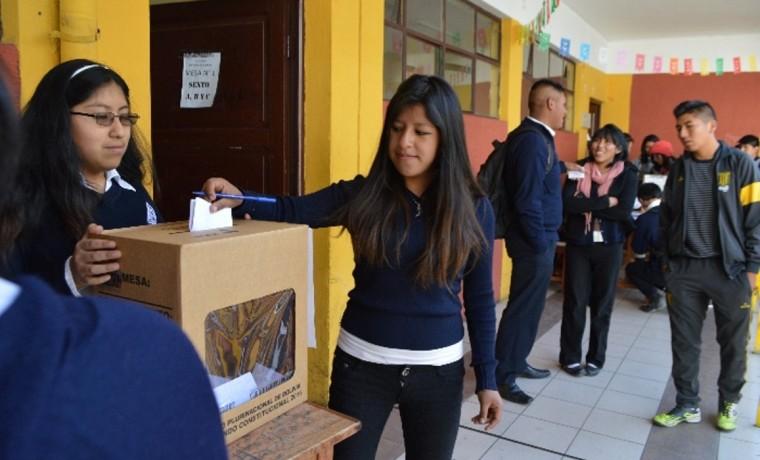 """2. Una estudiante de la Unidad Educativa """"Agustín Aspiazu"""" emite su voto."""