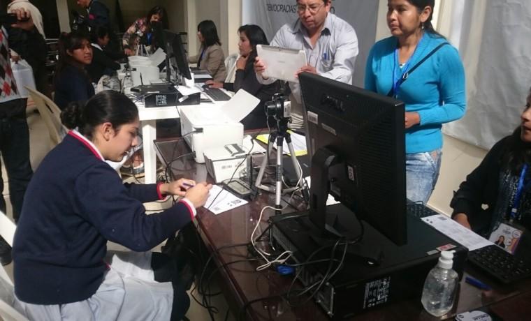 3. Chuquisaca, Sucre. Una estudiante realiza su registro en el padrón electoral.