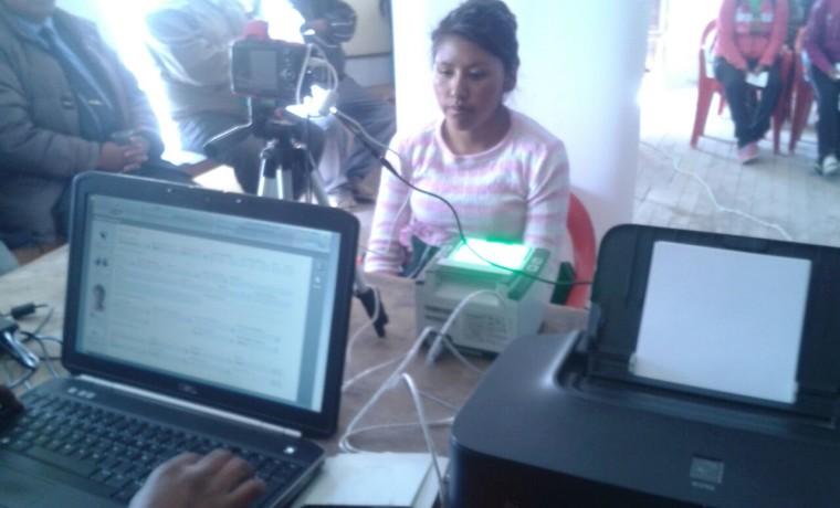 3. Oruro, Uru Chipaya. Una estudiante se registra en el padrón.