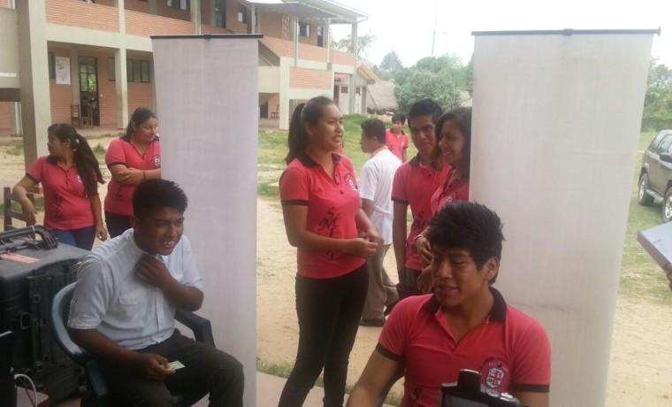 3. Santa Cruz. Buena Vista Estudiantes de la unidad educativa Mariano Saucedo esperan ser registrados en el padrón.