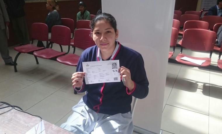 4. Chuquisaca, Sucre. Una estudiante realiza su registro en el padrón electoral.