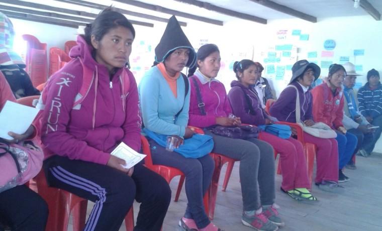4. Oruro, Uru Chipaya. Estudiante esperan su registro en el padrón.