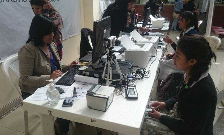 5. Chuquisaca, Sucre. Una estudiante realiza su registro en el padrón electoral.