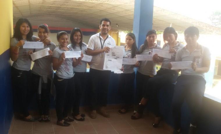 5. Santa Cruz, Cuatro Cañadas. Jóvenes de la promoción de la unidad educativa Juan Pablo ll muestra sus documentos de registro.