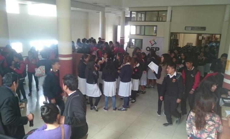6.  Chuquisaca, Sucre. Estudiantes esperan su registro en el padrón electoral.