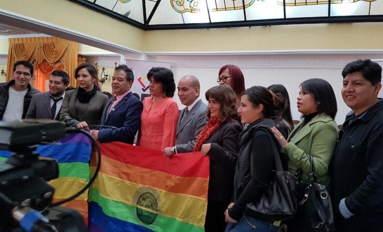 6. La presidenta del TSE, Katia Uriona, junto a activistas de la población TLGB, en el inicio del registro en La Paz.