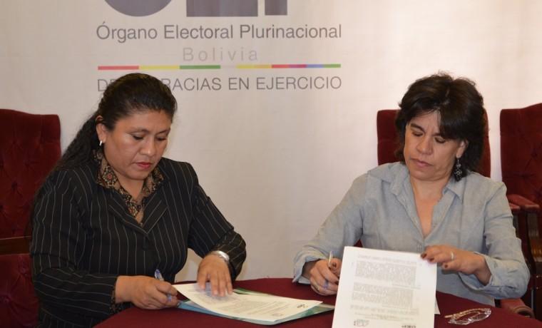 6. Las presidentas del TSE, Katia Uriona, y de ACOBOL, Zulema Serrudo, firman en convenio marco de cooperación.