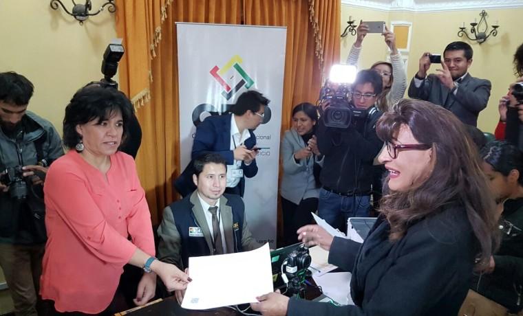 7. La presidenta del TSE, Katia Uriona, en la primera recepeción de la solicitud de registro en el SERECI La Paz.