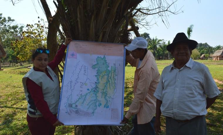 7. Técnicos de la delegación muestran el mapa en donde se ubica el pueblo indígena kabineño.