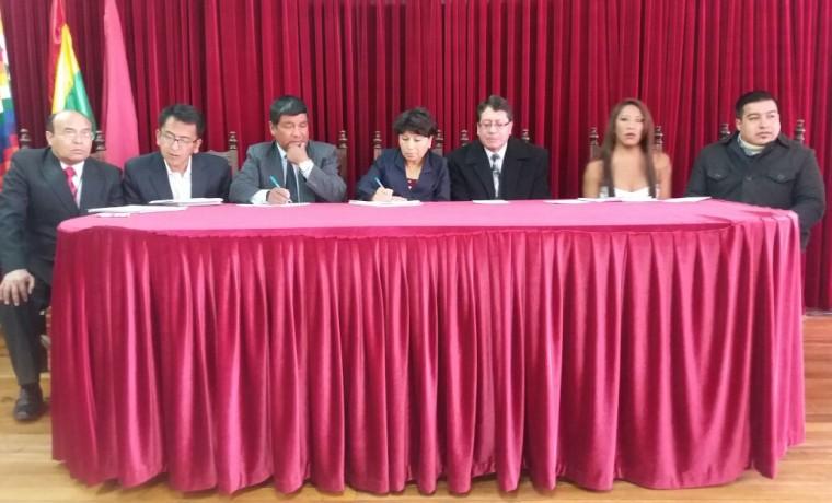 8. Las autoridades del TED Oruro, SERECI y activistas de la población TLGB durante la conferencia de prensa del inicio de registro de cambio de nombre.