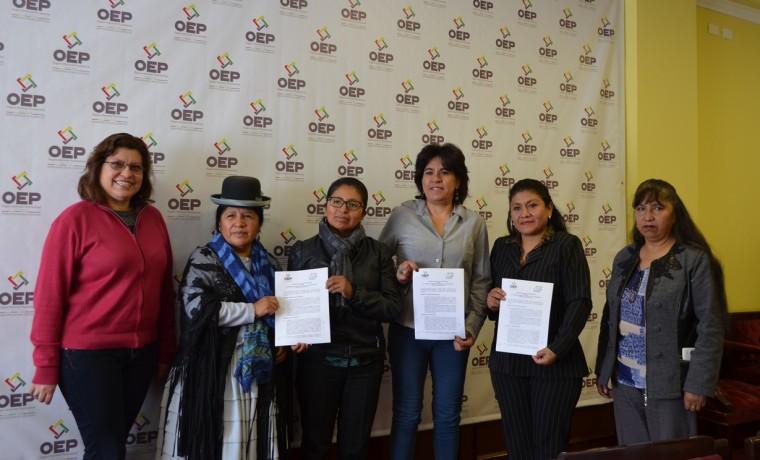 8. Las autoridades del TSE y las representantes de la ACOBOL en foto oficial de la firma del convenio.