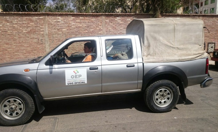 8. Una camioneta con los equipos y materiales necesarios para el empadronamiento en Viacha (Cochabamba).